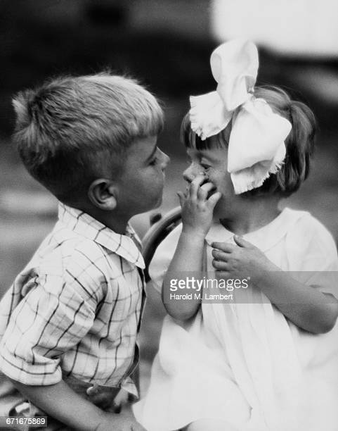 boy blowing air in girls eyes - {{ contactusnotification.cta }} 個照片及圖片檔