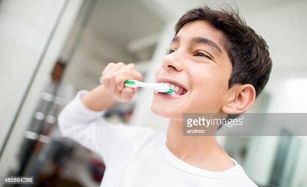 Seine junge Zähne putzen
