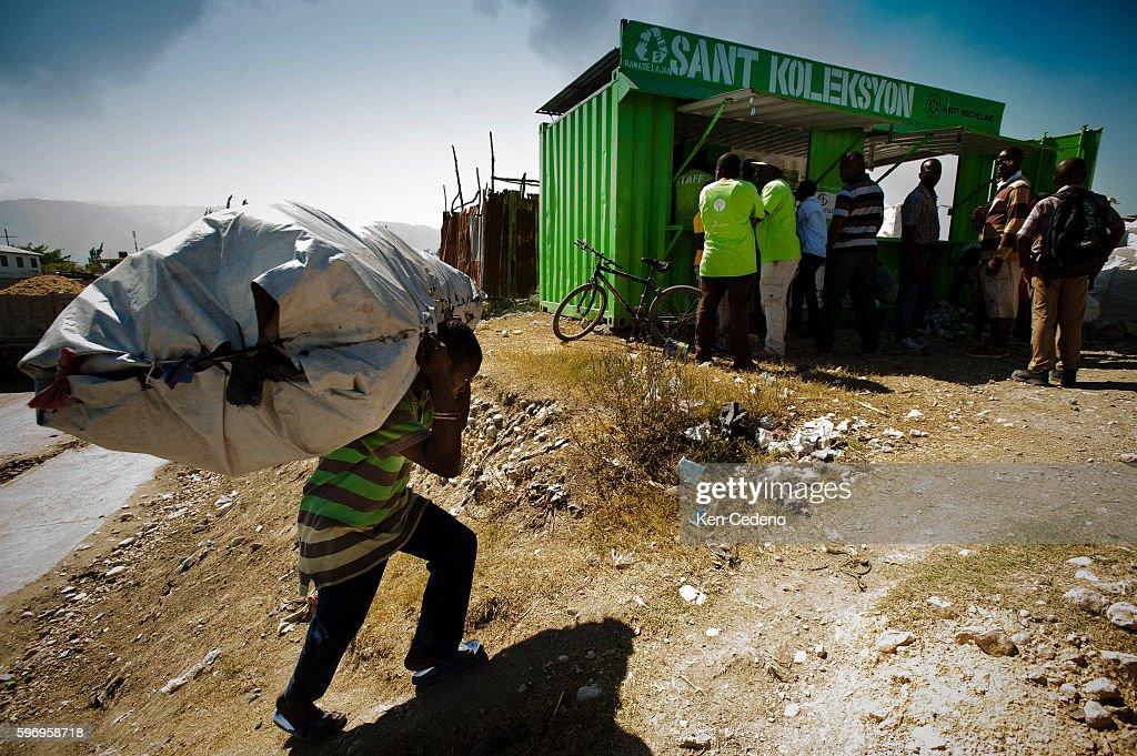 Haiti's Plastic Bottle Recycling : Fotografía de noticias