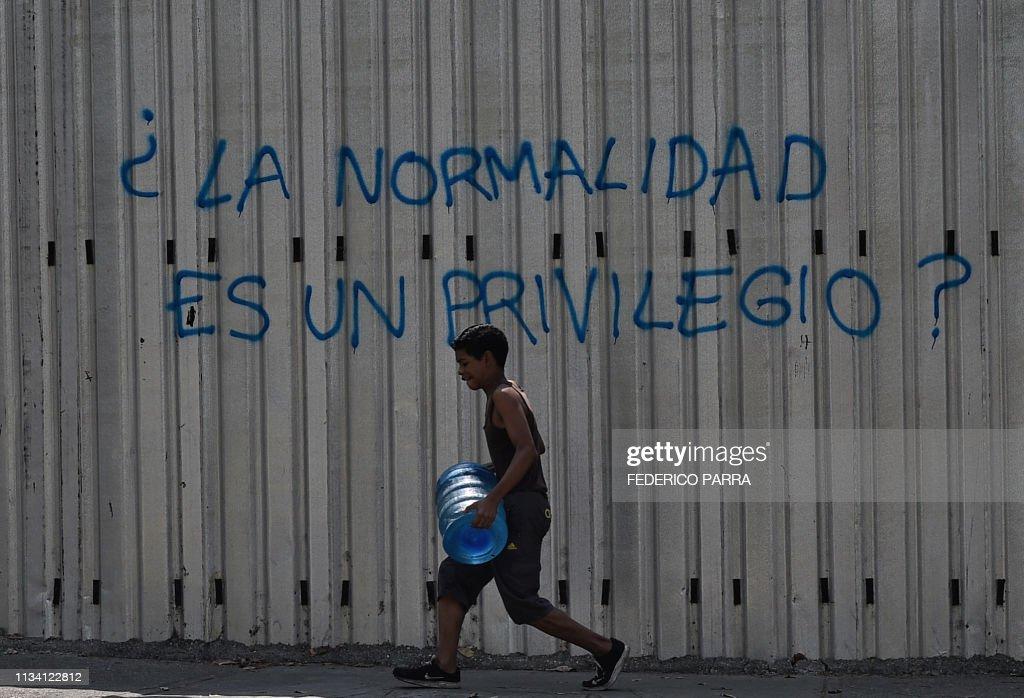 TOPSHOT-VENEZUELA-CRISIS-POWER-OUTAGE-PROTEST : News Photo