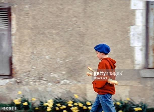 boy carrying baguettes - cultura francesa imagens e fotografias de stock