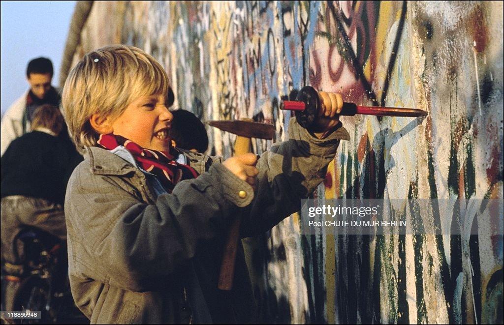 Opening Of The Berlin Wall In Berlin In 1989 : News Photo