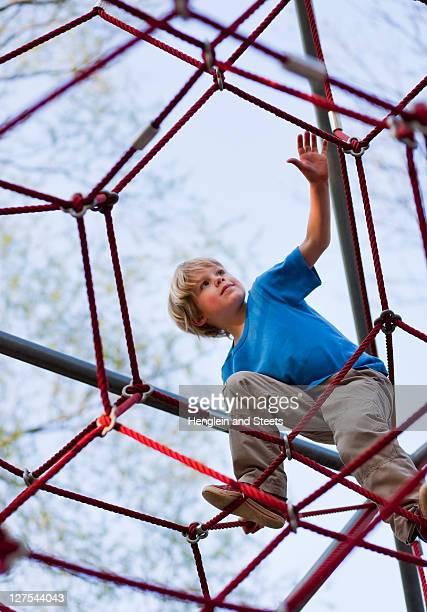 boy クライミングのプレイグラウンド - ジャングルジム ストックフォトと画像