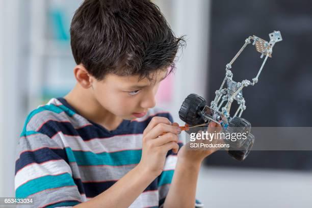 Junge konzentriert sich bei der Erstellung der Roboter in der Schule