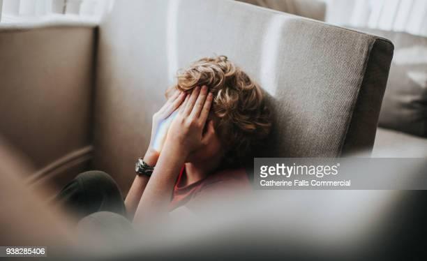 boy covering his eyes - angst stockfoto's en -beelden