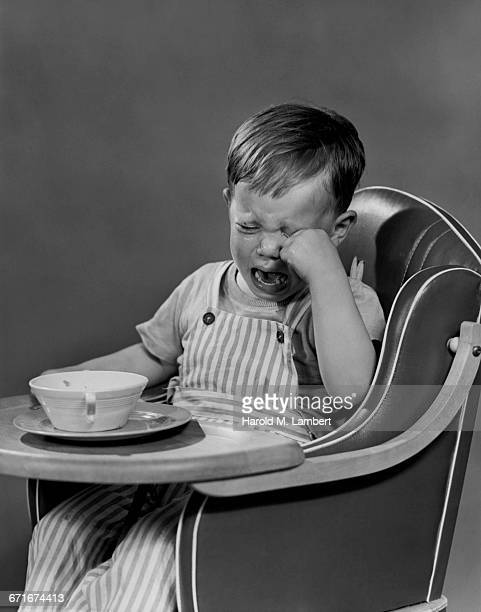 boy crying and sitting in chair - {{relatedsearchurl(carousel.phrase)}} fotografías e imágenes de stock