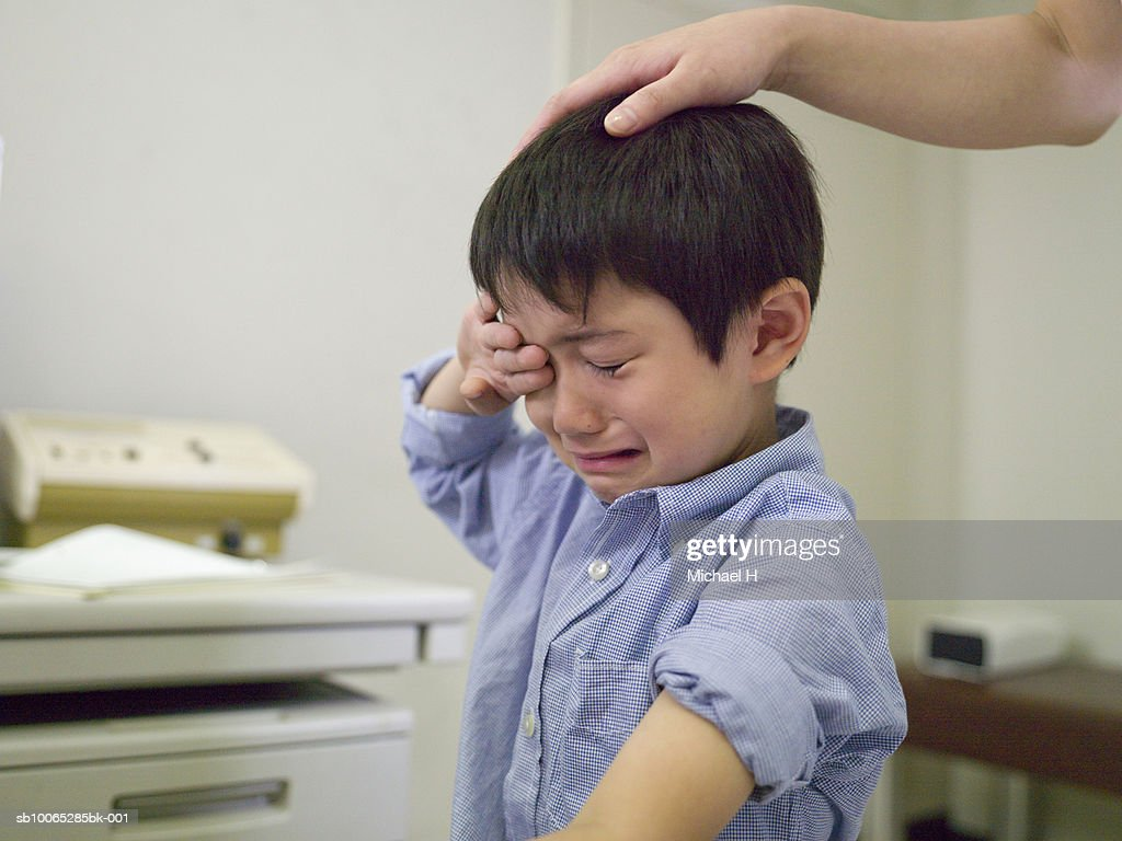 Boy (5-6) crying in hospital : Foto stock