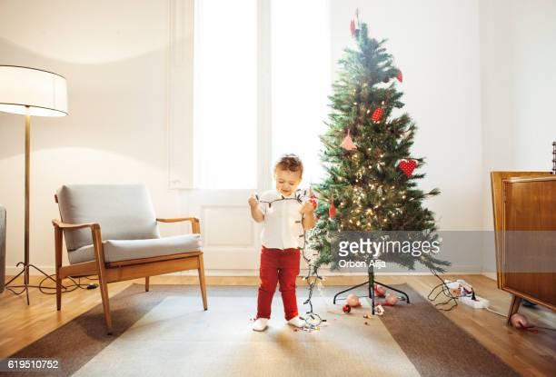 Garçon Décorer le sapin de Noël