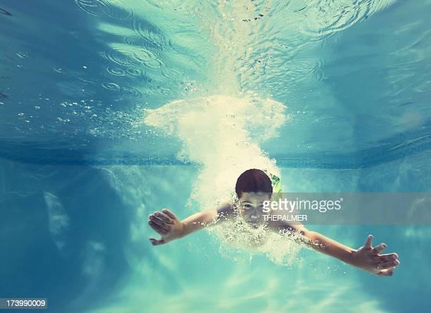Garçon de plonger dans la piscine