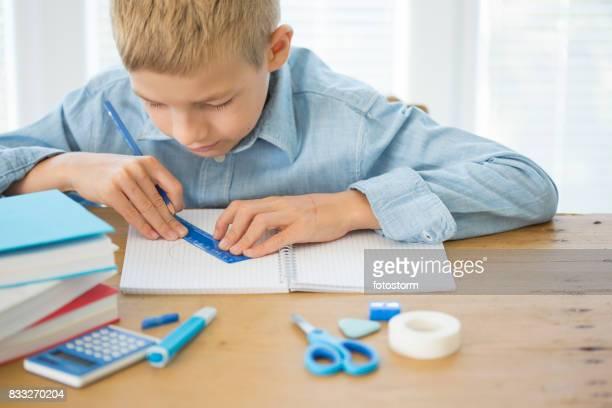 junge macht seine mathematik-aufgabe - geometriestunde stock-fotos und bilder