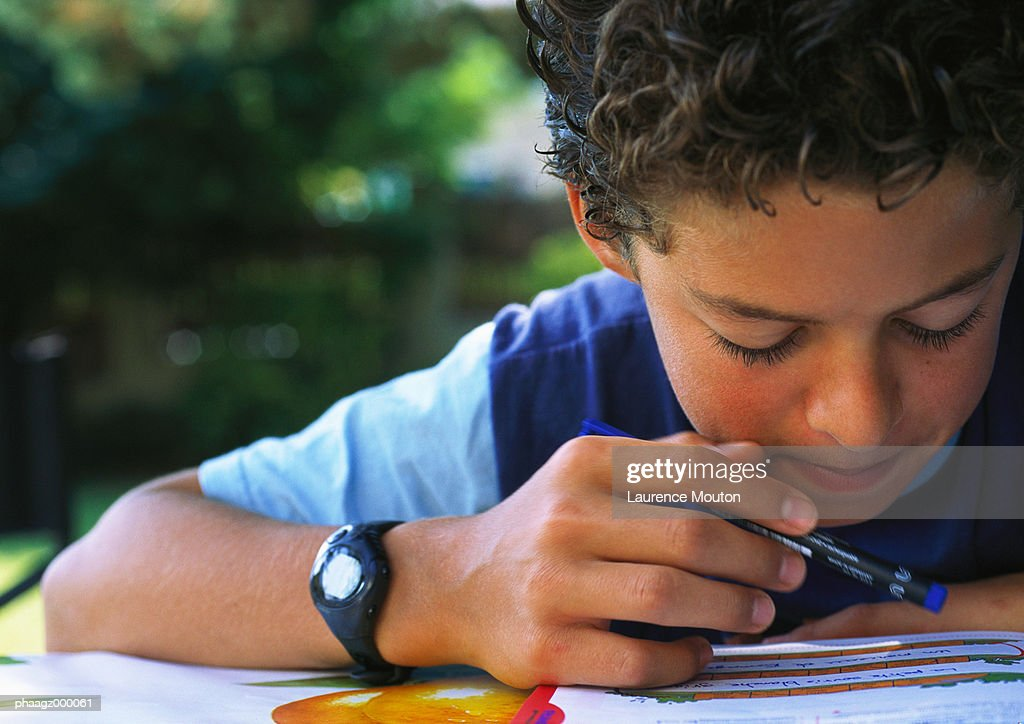 Boy doing homework : Stockfoto
