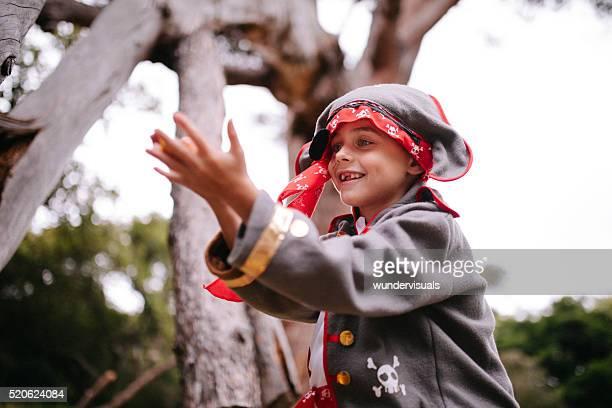少年 ドレスアップに海賊に自然で歯を見せて笑う