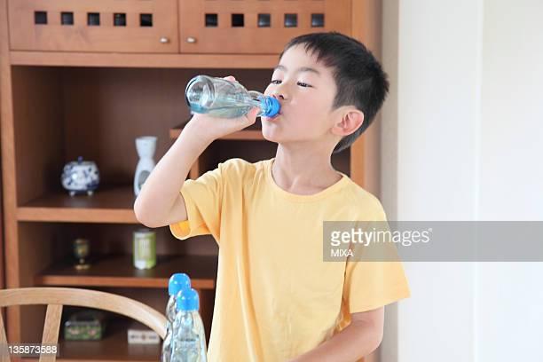 boy drinking soda from bottle - 16:9 ストックフォトと画像