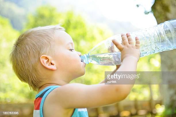 Ragazzo bere acqua