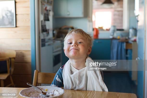 boy eating breakfast - serviette de table photos et images de collection