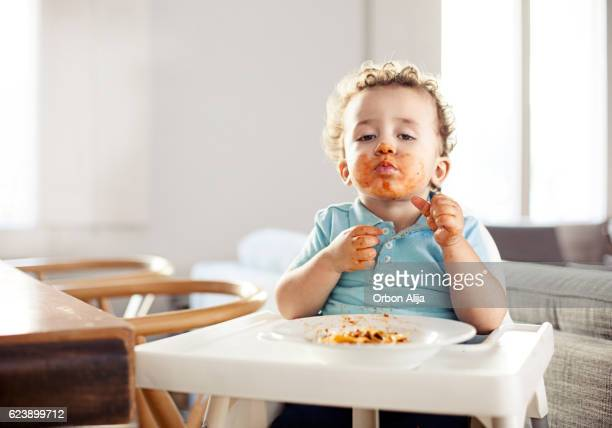 Petit garçon manger des pâtes