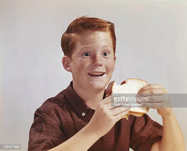 sorridente menino comer sanduíche, - sanduíche imagens e fotografias de stock