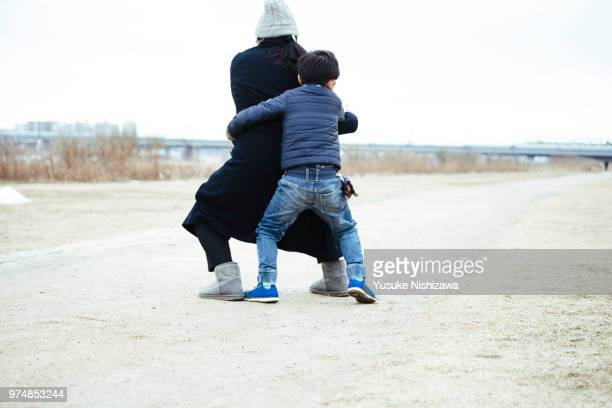 a boy embracing mother - yusuke nishizawa stock pictures, royalty-free photos & images