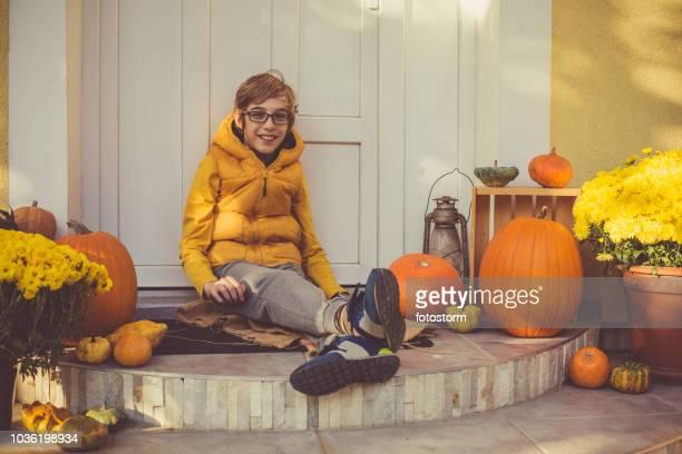 junge genießen herbsttag im freien - november stock-fotos und bilder