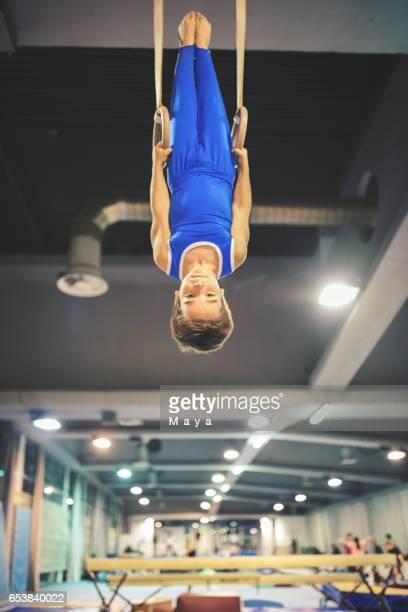 体操リングの行使の少年
