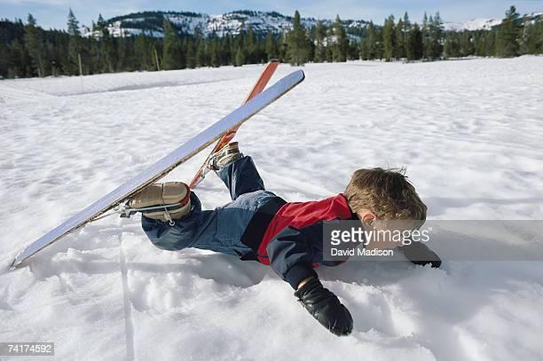 """boy (6-7) falling in snow, side view"" - chute ski photos et images de collection"