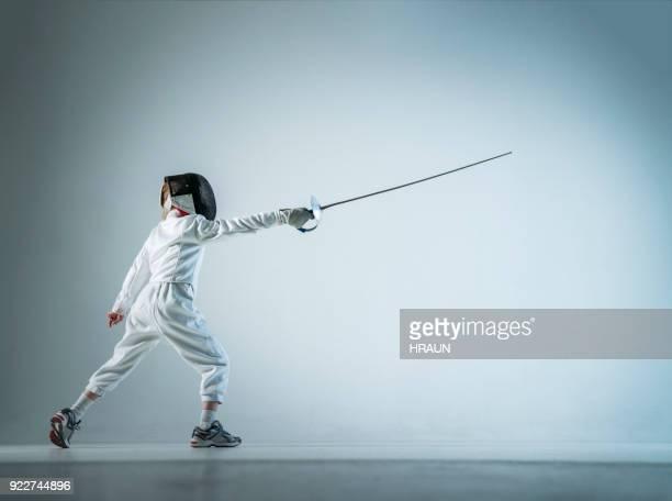 menino de esgrima estocada sobre fundo branco - esgrima esporte de combate - fotografias e filmes do acervo