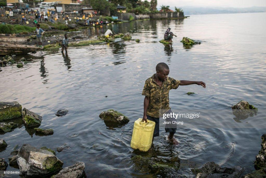 Congolese Tap Into Lake Kivu Amidst Water Crisis : Foto jornalística