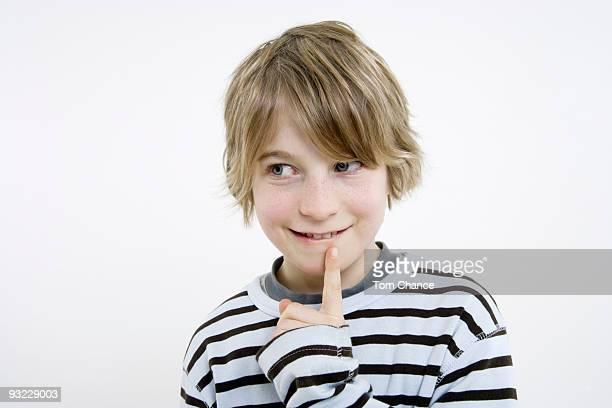 boy (10-11), finger to chin, portrait - 10 11 anni foto e immagini stock