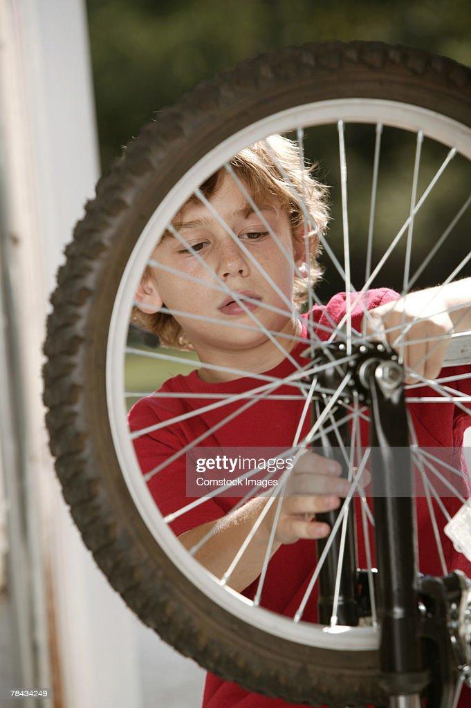 Boy fixing bicycle : Stockfoto