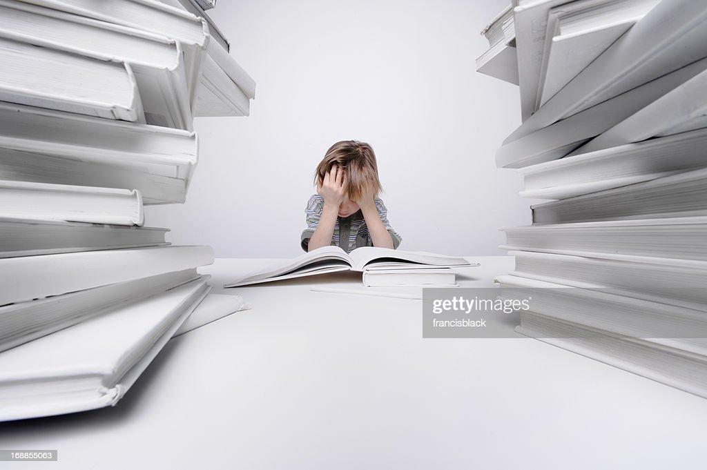 Junge frustrierter bei den Hausaufgaben. : Stock-Foto