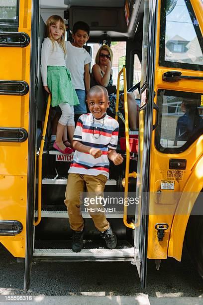 boy de bajarse autobús de colegio