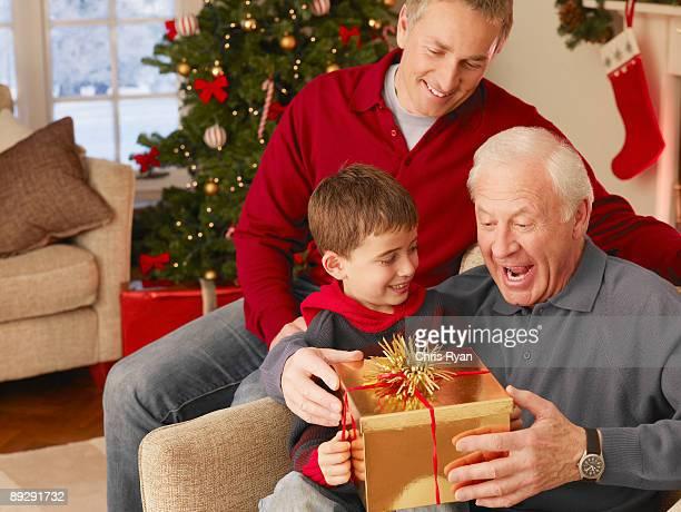 Junge gibt Großvater Weihnachts-Geschenk