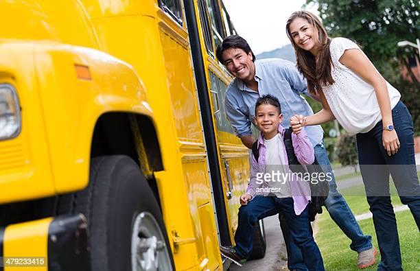 Junge zur Schule