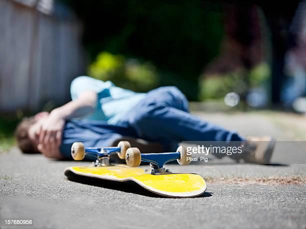 Garçon a accident de skate-board
