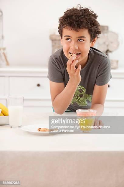 boy having a snack - alleen één jongen stockfoto's en -beelden