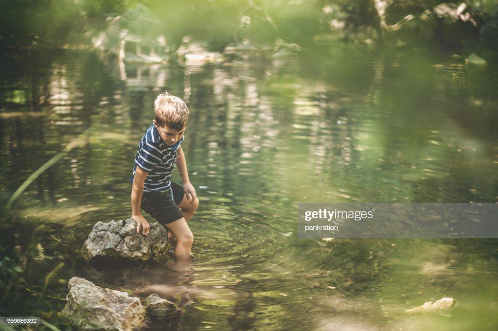 Jungen haben ein Abenteuer beim Wandern In den See bewundern einen wunderschönen malerischen Wald : Stock-Foto
