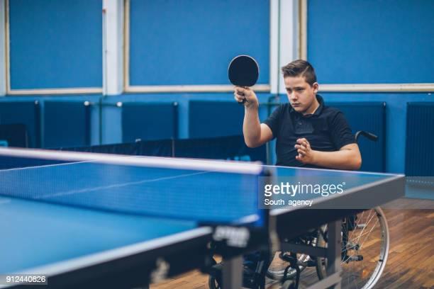 少年が楽しんで卓球 - 麻痺 ストックフォトと画像