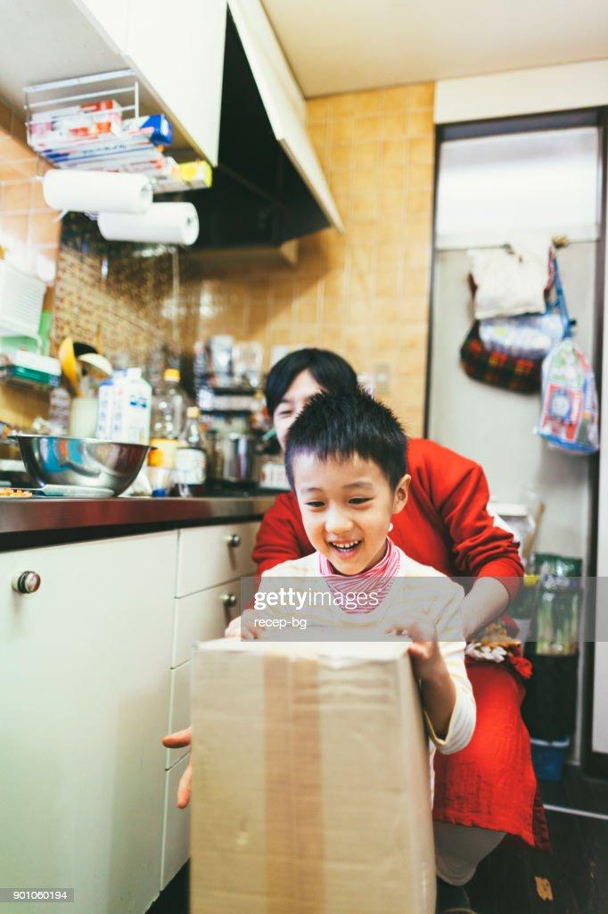 少年支援母親キャリング ボックス : ストックフォト