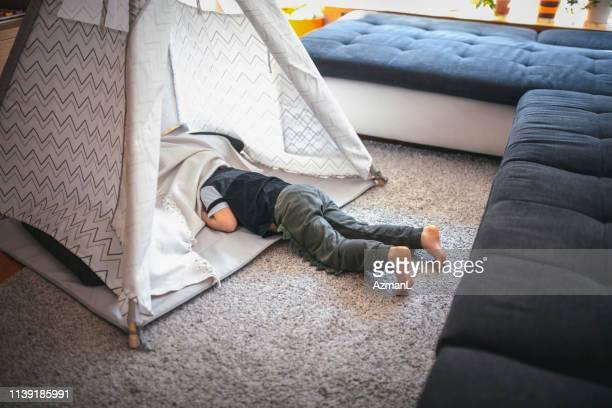 jongen verstopt in tipi - kampeertent stockfoto's en -beelden