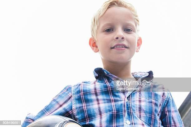 boy holding a ball - sigrid gombert - fotografias e filmes do acervo