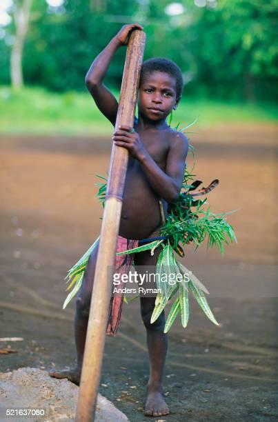 boy holding bamboo tube - bambou chanteuse photos et images de collection