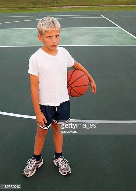 Junge holding basketball