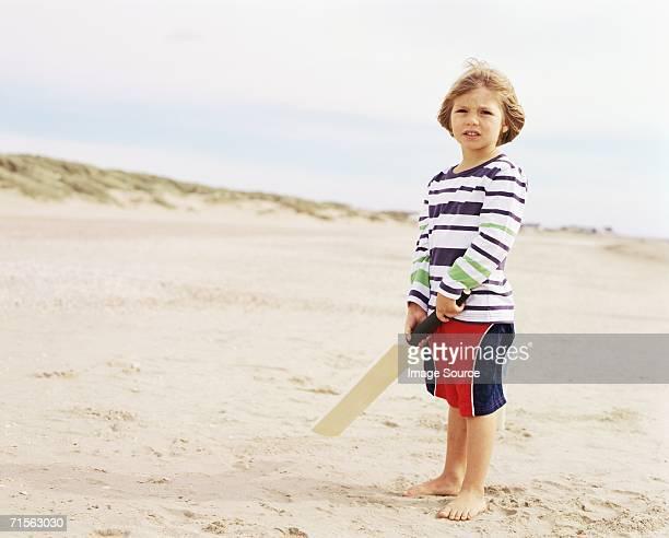 Junge hält Schläger