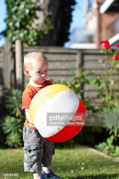 boy holding beach ball - s0ulsurfing stockfoto's en -beelden