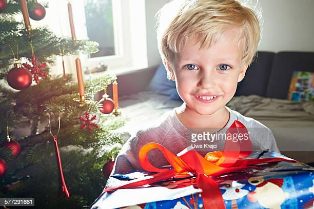 boy (4 - 5 years) holding christmas present - 4 5 years stock pictures, royalty-free photos & images