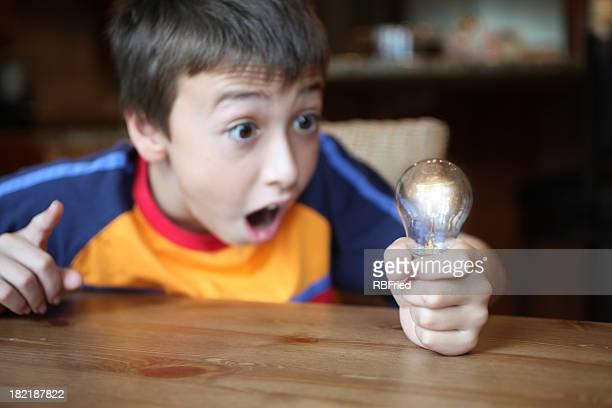 Niño que toma de la bombilla