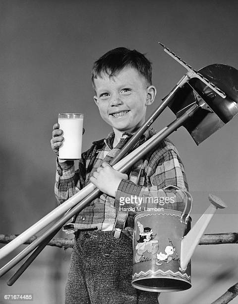 boy holding milk glass and carrying spade - {{relatedsearchurl(carousel.phrase)}} ストックフォトと画像