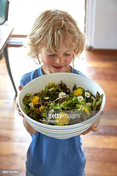 boy holding salat bowl - accompagnement photos et images de collection