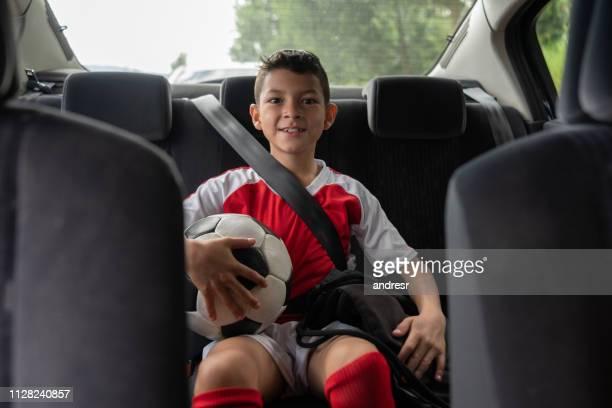 ragazzo in auto mentre si sta distorci - divisa sportiva foto e immagini stock