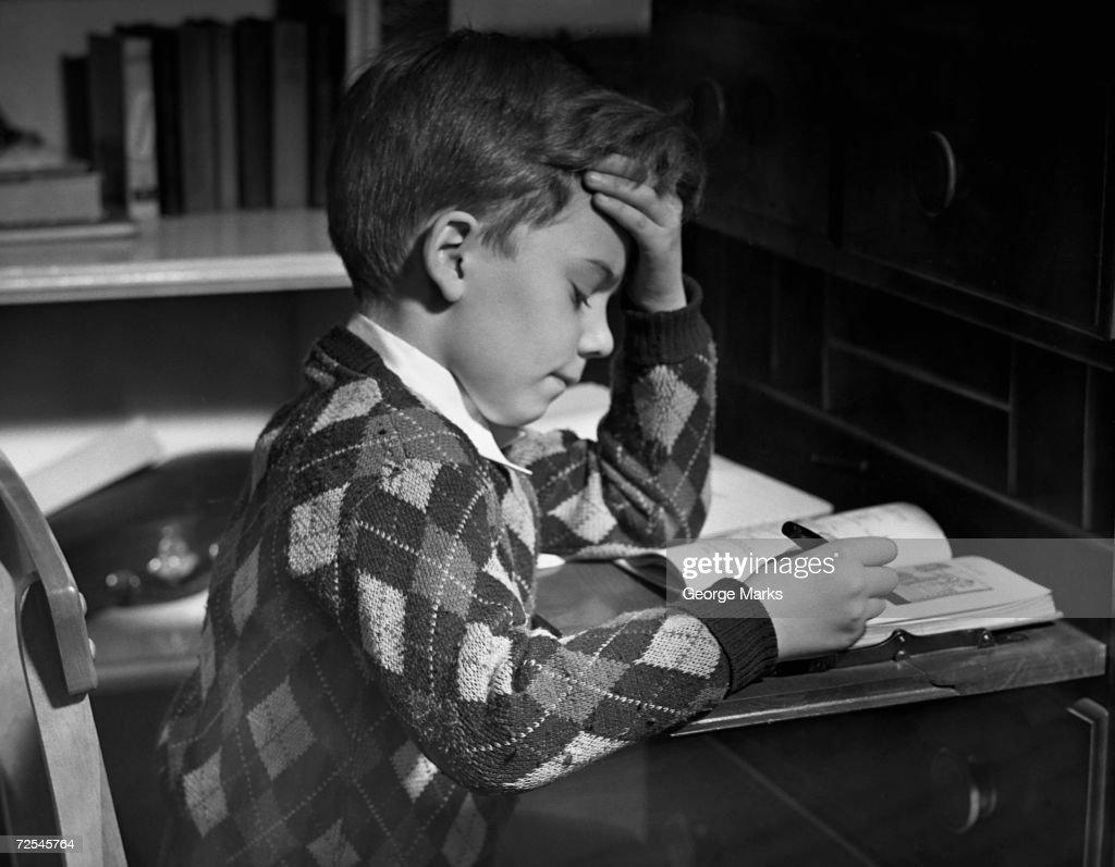 Boy in classroom w/book : ニュース写真